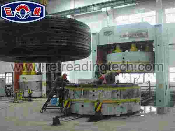 Putting builded tyre into LLGH Giant OTR vulcanizing press
